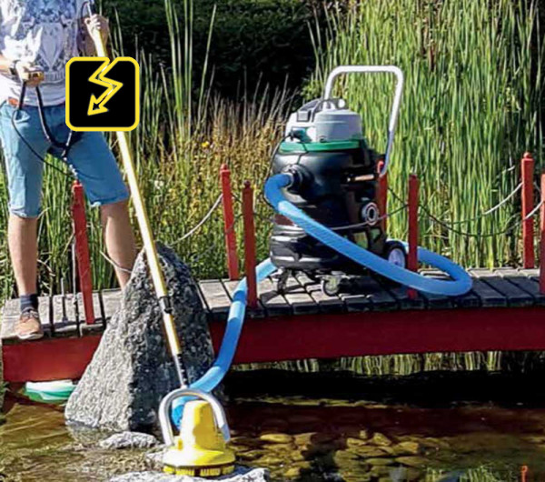Strom Motorschrubber mit Netzteil & Profi Teichschlammsauger bei der Teichreinigung. Der Schlammsauger ist nicht im Lieferumfang.
